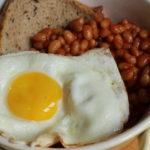 Bowl mit Bohnen und Ei