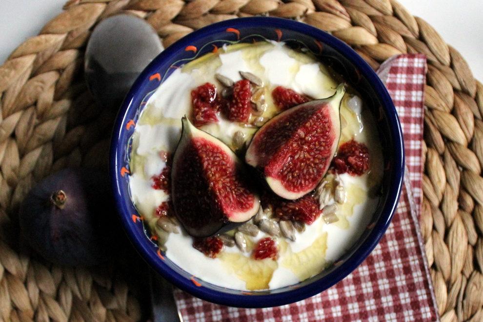 jogurt mit feige und honig das samstagsfr hst ck. Black Bedroom Furniture Sets. Home Design Ideas