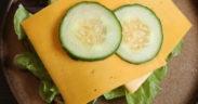 Brot mit Avokado und Käse