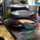 Tisch mit Frühstück auf einem Festival