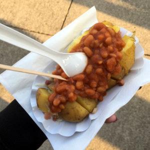 Baked Beans Kartoffel auf einem festival