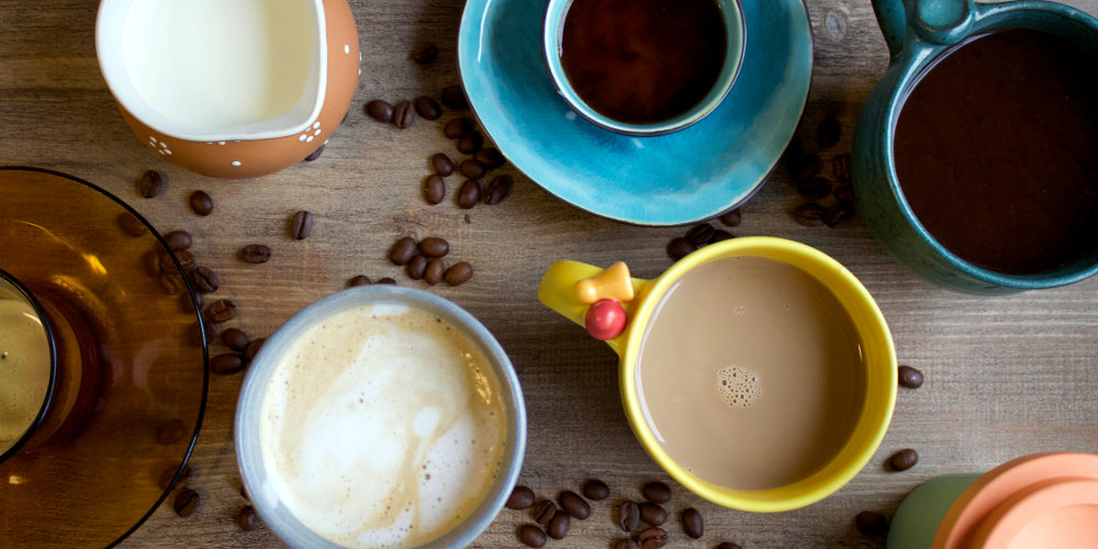 Sammlung von gefüllten Kaffeetassen