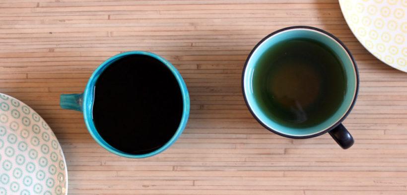 Kaffee und Tee in Tassen