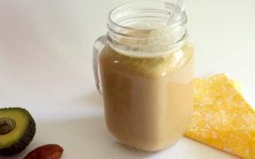 Ein Glas mit Kaffee Smoothie