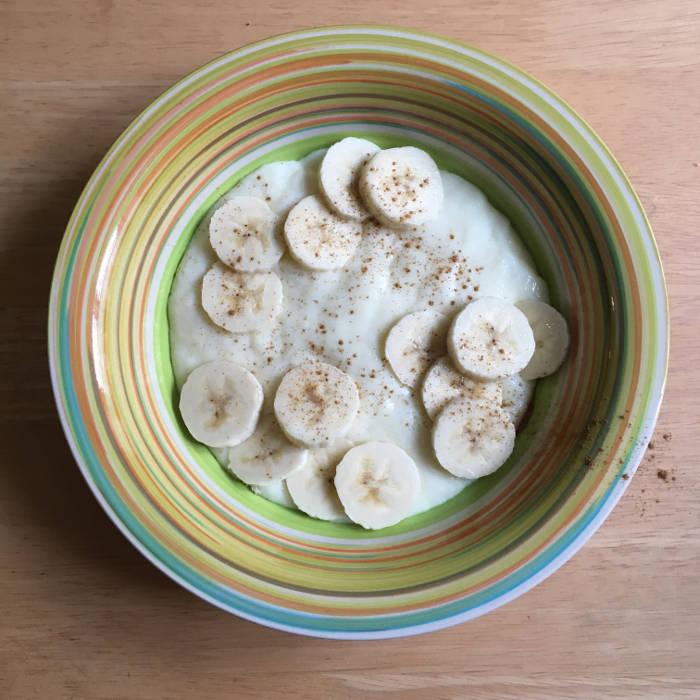 Ein Teller mit Griesbrei und Banane