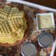 Wafeln auf Tablett zum Frühstück