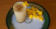 Selbstgemachter Lassi mit Mango zum Frühstück