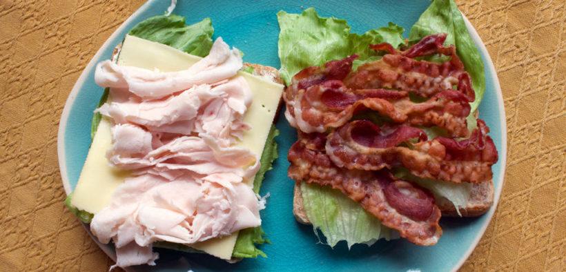 Sandwich mit Bacon und Pute