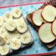 Sandwich mit Obst, Banane und Apfel
